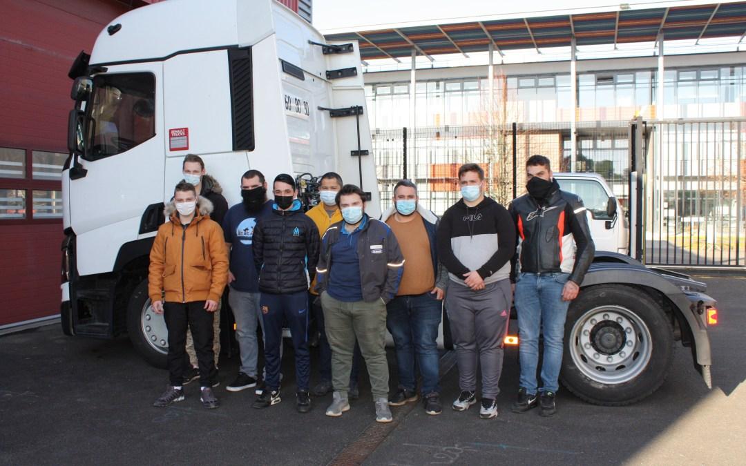 les stagiaires de la quatrième promotion CQP OMPVI du cfa du mans posent masqués devant un poids lourd.
